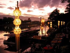 Restauranter langt Chiang Mais smukke Ping-flod
