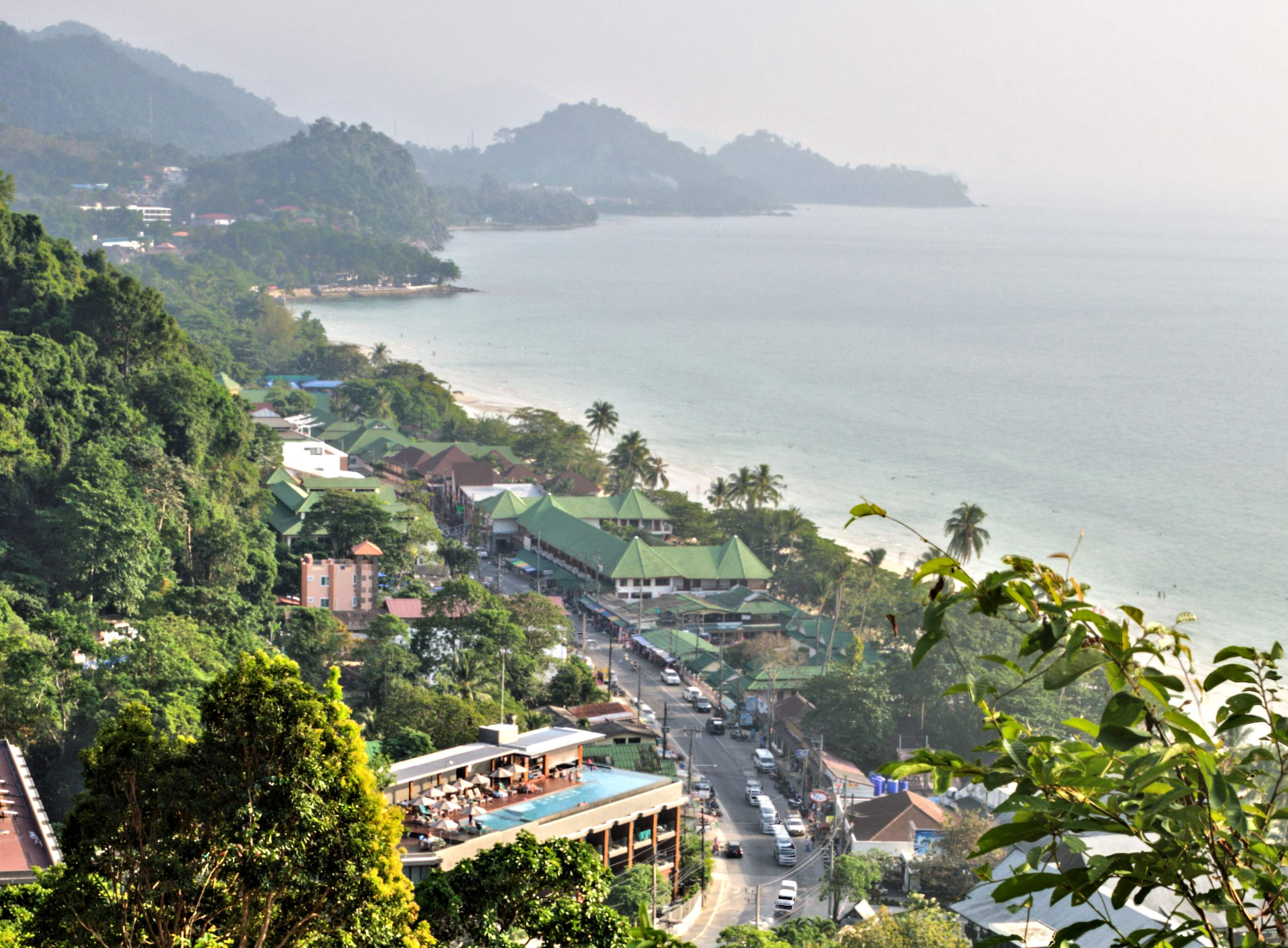 <em>White Sand Beach eller Hat Sai Kao. Billedet er taget fra udsigtspunktet over byen.</em>